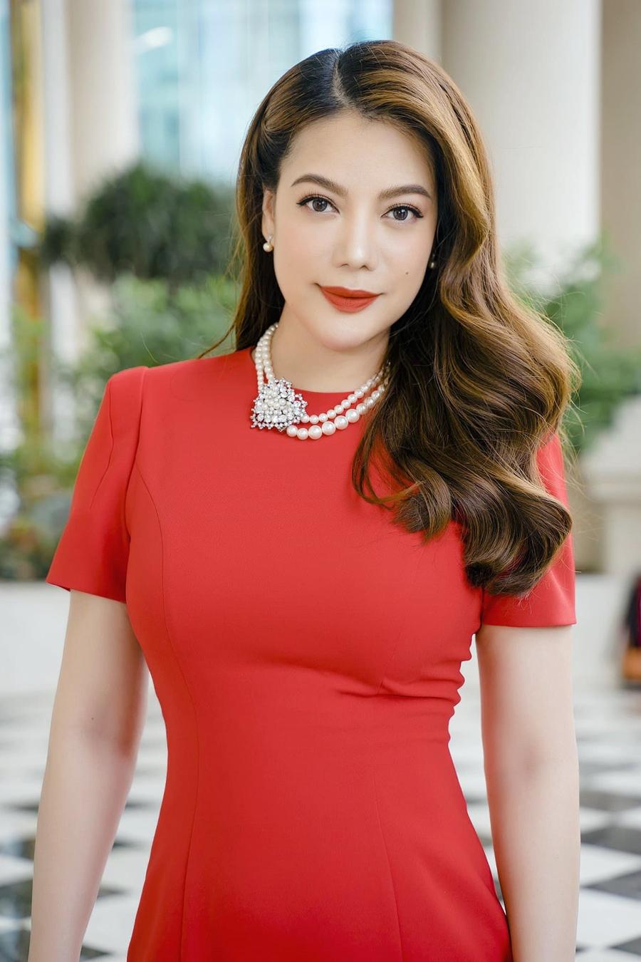 [CaptionTrang phục khi đi làm, ngoài diễn xuất, chị kinh doanh. ảnh: Nguyễn Mai Hưng