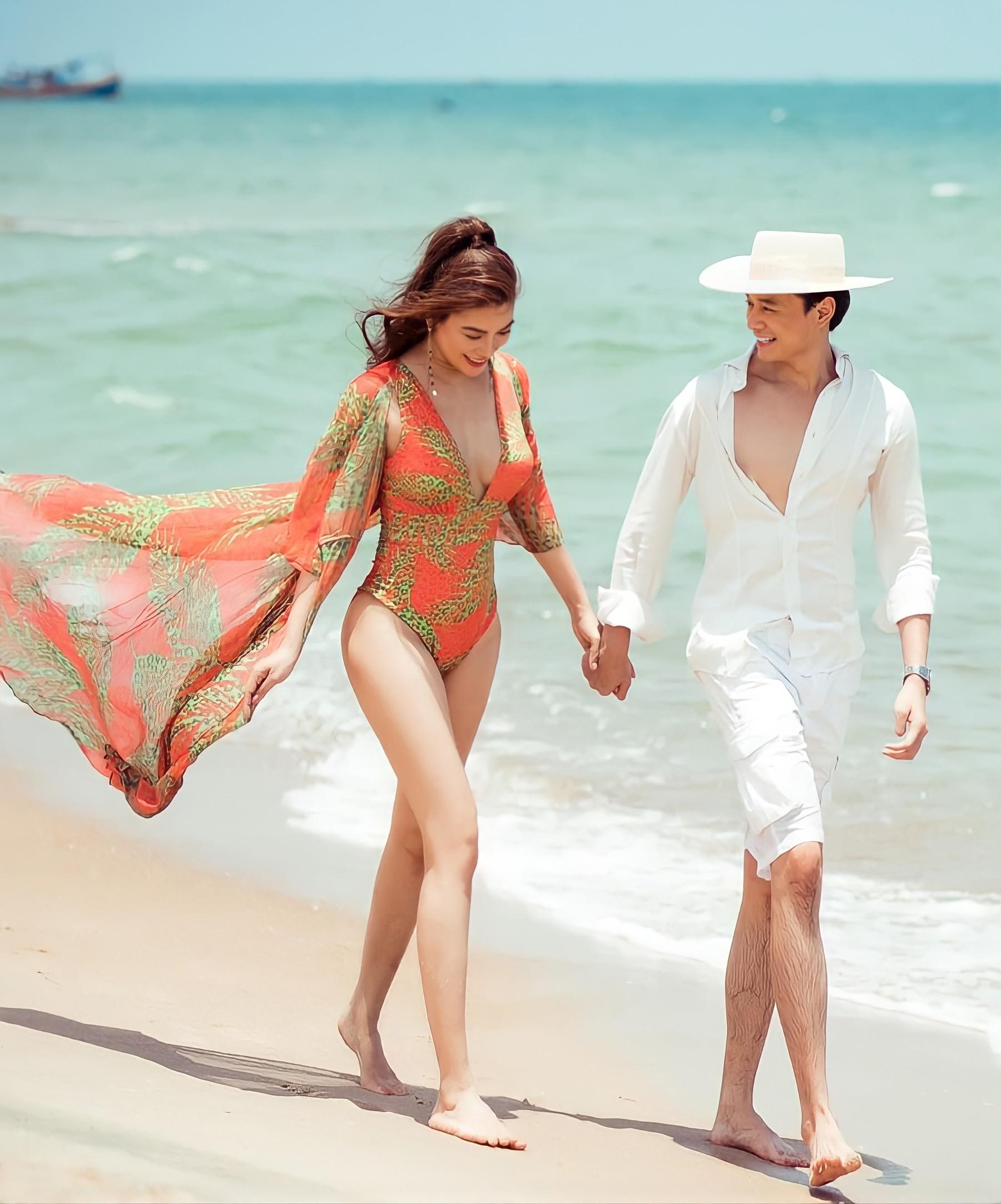 Trong bức ảnh đăng trên trang cá nhân diễn viên Anh Dũng ngày 30/4, Trương Ngọc Ánh mặc áo tắm xẻ cao, sánh đôi bạn trai. Lần đầu tiên công khai tình cảm sau khoảng hai năm quen nhau Ảnh: Facebook Nguyễn Anh Dũng.