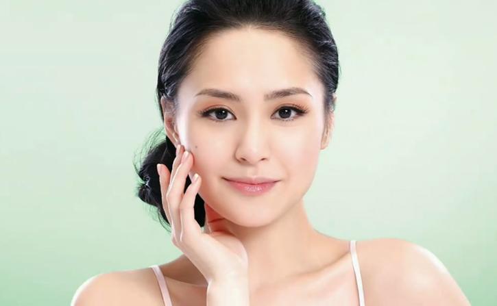 Chung Hân Đồng quảng cáo mỹ phẩm năm 2010. Giai đoạn này, cô