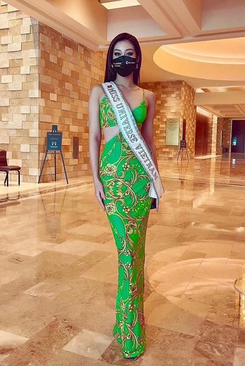 Ngày 7/5 (giờ Mỹ), Khánh Vân - đại diện Việt Nam - đăng ảnh diện váy cut-out màu xanh tại khách sạn. Cô cùng các thí sinh vừa trải qua vòng xét nghiệm Covid-19 cuối cùng, nhận kết quả âm tính trước khi bước vào cuộc thi. Người đẹp ở chung phòng với Francisca Luhong James, đại diện Malaysia. Ảnh: Khánh Vân Instagram.