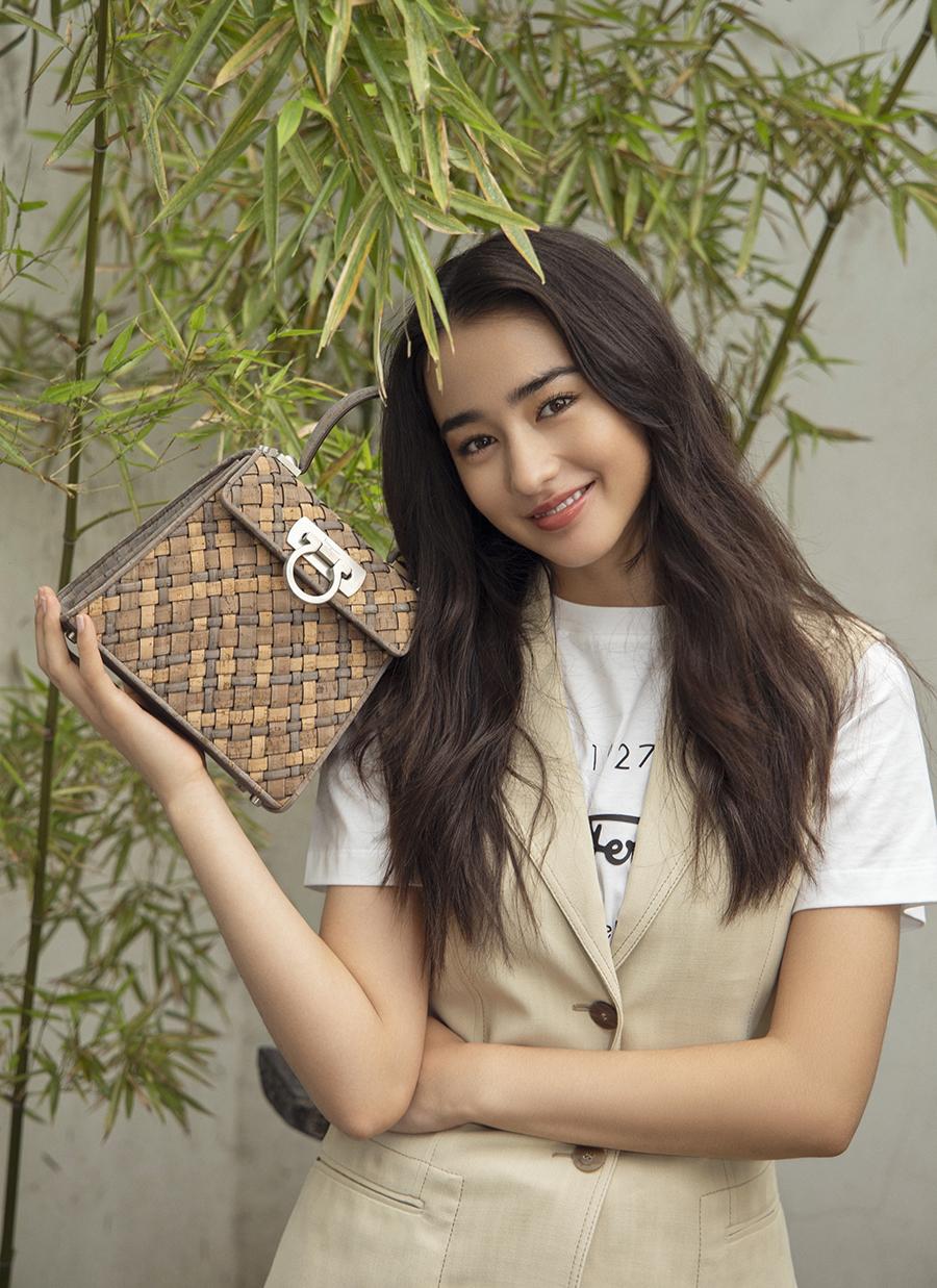 Theo Sohu, từ đầu năm đến nay, Uyển Đát liên tục chụp ảnh quảng cáo cho các thương hiệu túi xách, mỹ phẩm, quần áo.