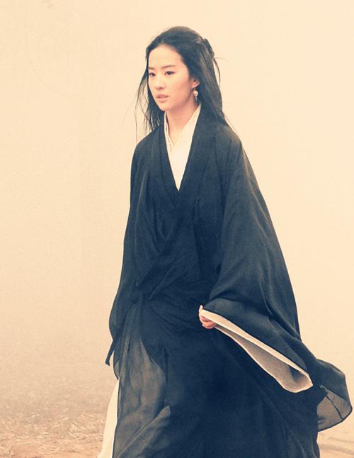 Lưu Diệc Phi đảm nhiệm hai vai Điêu Thuyền và Linh Thư - con gái của Điêu Thuyền - Lã Bố trong phim điện ảnh Đồng Tước Đài (2015).