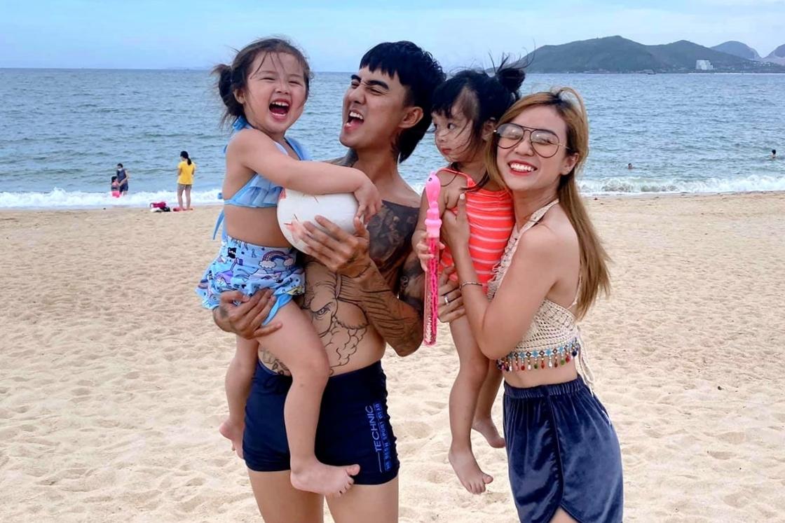 Ca sĩ Đạt G trong một lần đi biển cùng mẹ con Bảo Ngọc. Ảnh: Facebook Cindy Lư.