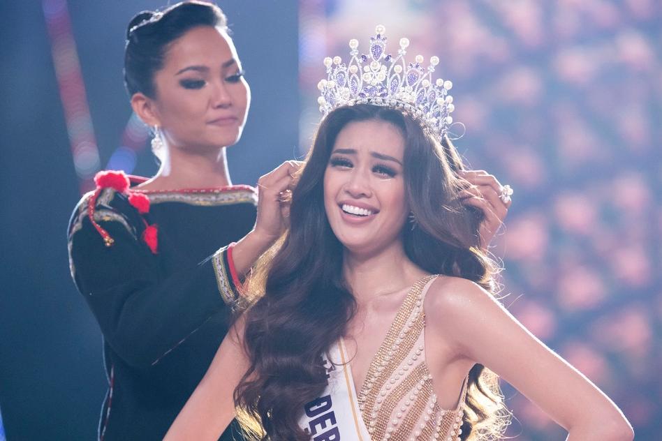 HHen Niê trao vương miện cho Khánh Vân trong đêm đăng quang năm 2019. Ảnh: Unicorp.