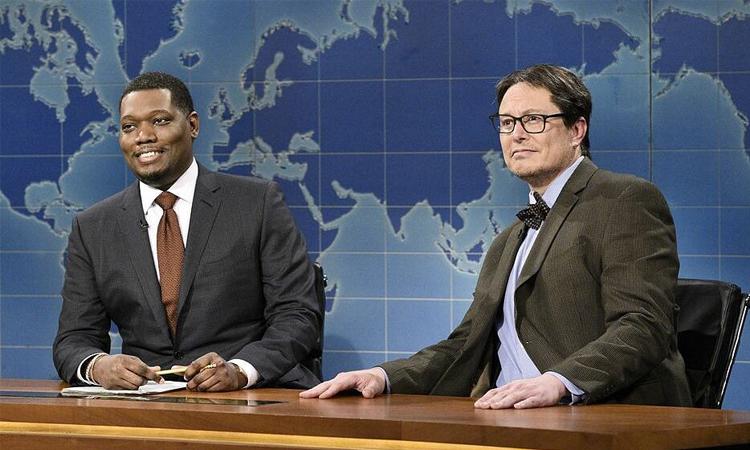 Elon Musk (phải) đóng chuyên gia tiền ảo trong tiểu phẩm hài. Ảnh: Bloomberg.