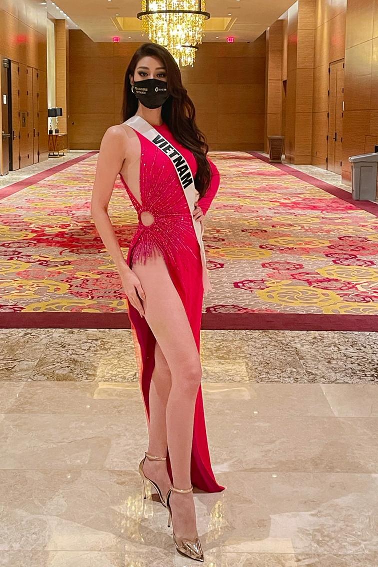 Khánh Vân tôn đường cong với váy xẻ cao đến hông.