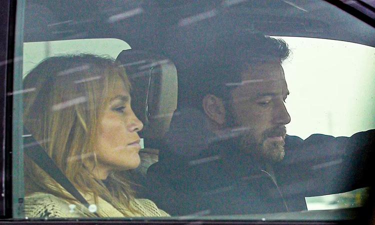 Jennifer Lopez (trái) và Ben Affleck đi du lịch tại biệt thự của nam diễn viên ở