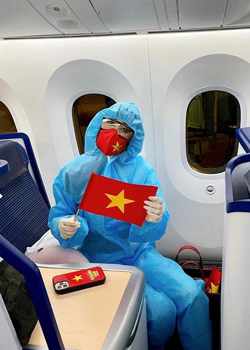 Khánh Vân mặc đồ bảo hộ khi lên máy bay đến Mỹ thi Miss Universe. Ảnh: Khánh Vân Instagram.