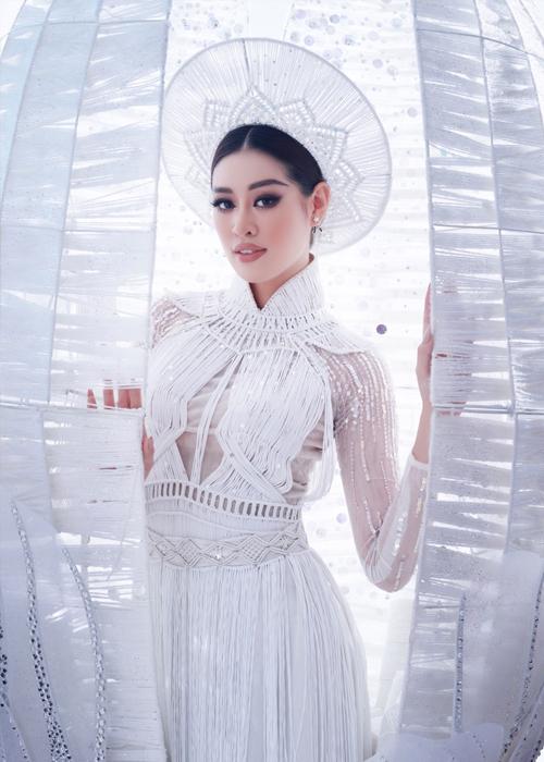 Khánh Vân trong trang phục dân tộc Kén em. Ảnh: Uni.