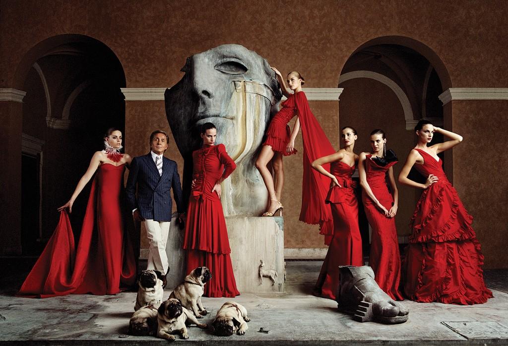 Nhà thiết kế Valentino Garavani cạnh những nàng thơ váy đỏ. Ảnh: Valentino Garavani Museum.