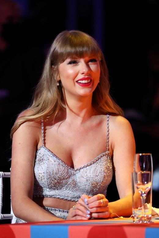 Taylor Swift mặc trang phục của Miu Miu tại lễ trao giải Brit Awards. Ảnh: Reuters.