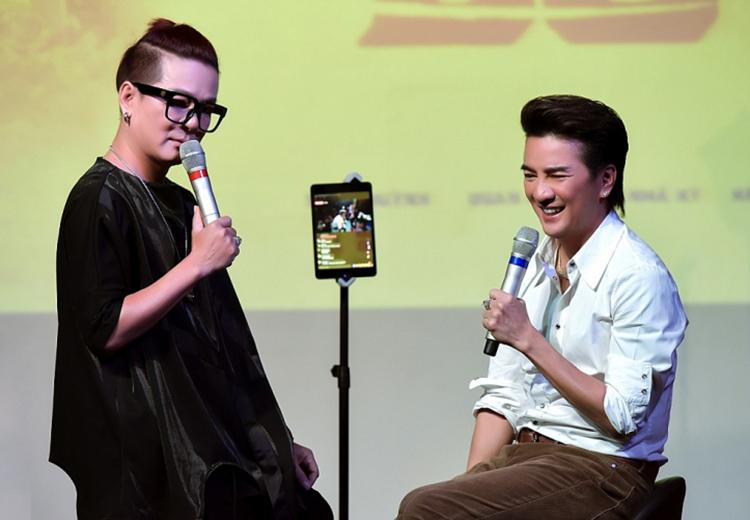 Đàm Vĩnh Hưng (phải) cùng bạn thân Vũ Hà livestream bán hàng trong một sự kiện năm 2020. Ảnh: Phương Loan.