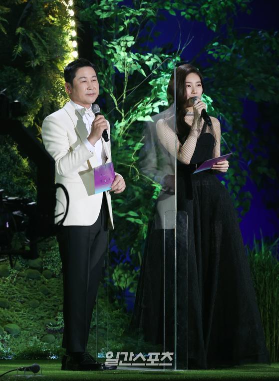Ban tổ chức ngăn cách hai MC Shin Dong Yup và Suzy bằng tấm nhựa trong suốt, phòng chống dịch.