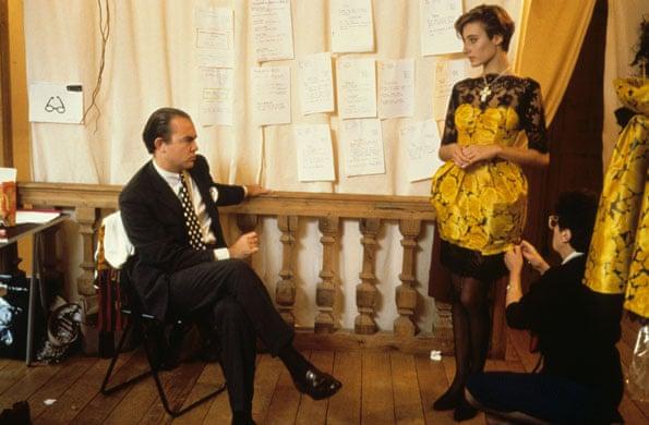 Nhà thiết kế Christian Lacroix làm việc cùng người mẫu trong hậu trường năm 1988. Ảnh: Jean-Pierre Couderc/Roger Viollet