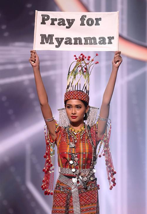 Hoa hậu Thuzar Wint Lwin cầm biểu ngữ Cầu nguyện cho Myanmar trên sân khấu Miss Universe 2020