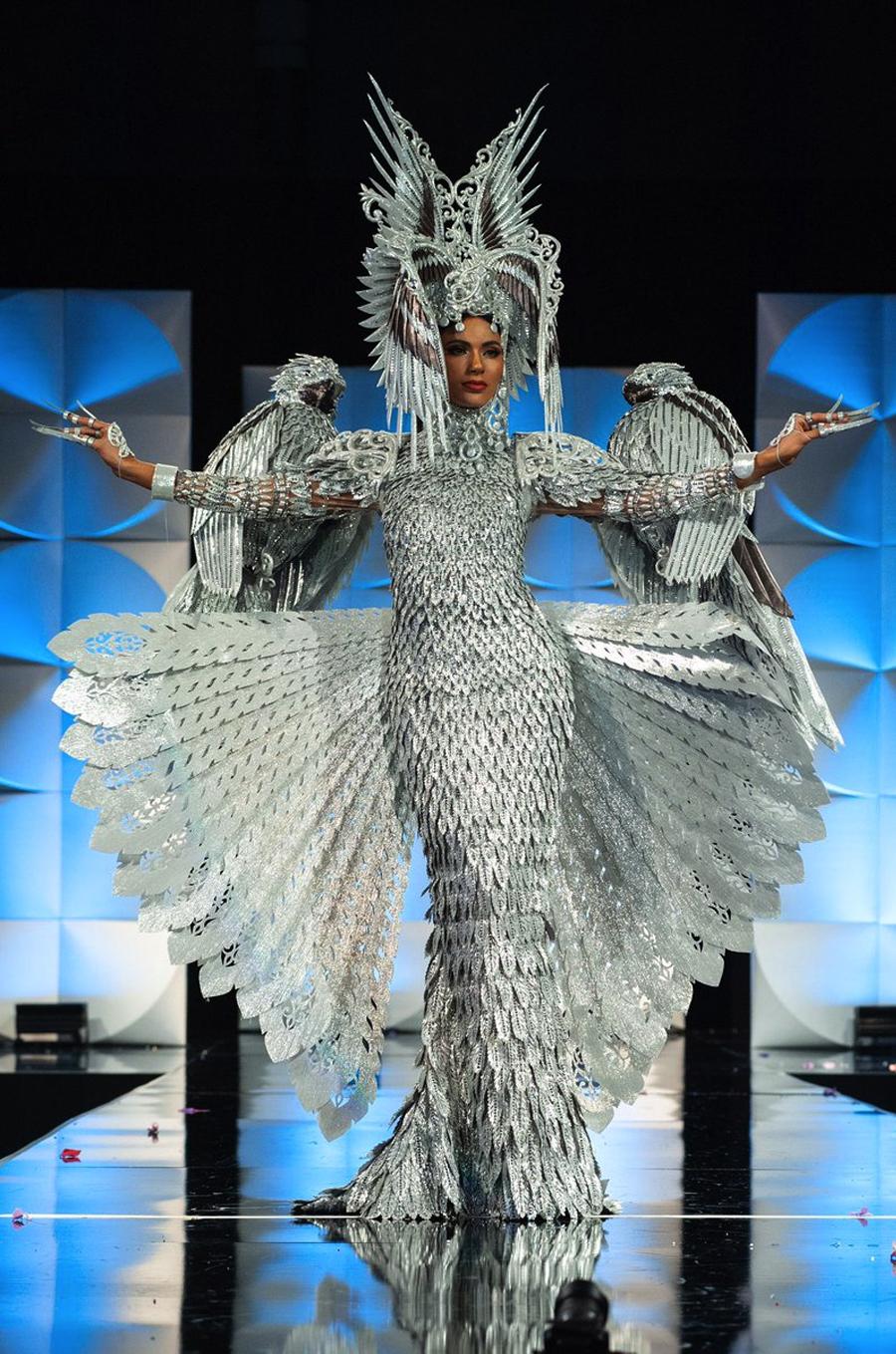 Đại diện Philippines Gazini Ganados chiến thắng năm 2019 với bộ cánh lấy cảm hứng từ loài đại bàng khổng lồ. Ảnh: Miss Universe.