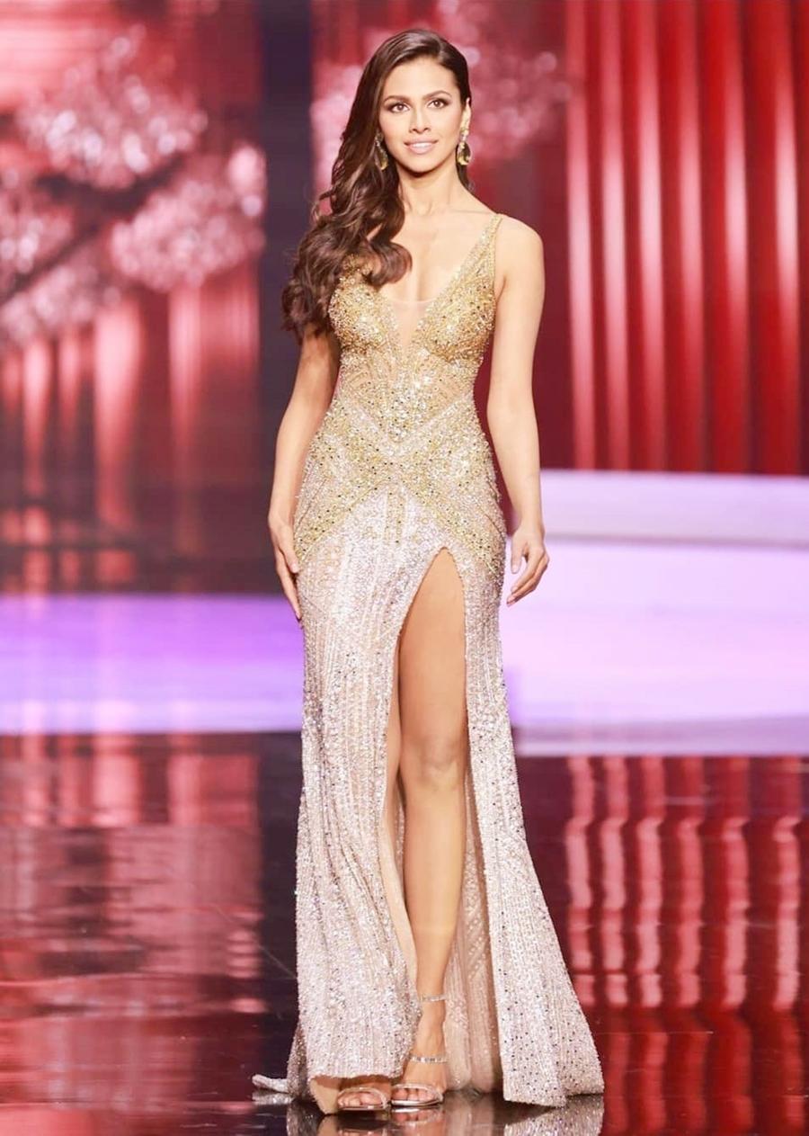 Hoa hậu Ấn Độ - Adline Castelino - cũng mặc lại thiết kế xẻ đùi ở bán kết. Cô cao 1,69 m, hiện là người mẫu. Cô vào top 5 theo đúng dự đoán của các chuyên trang sắc đẹp Missosology, Angelopedia từ đầu mùa giải.