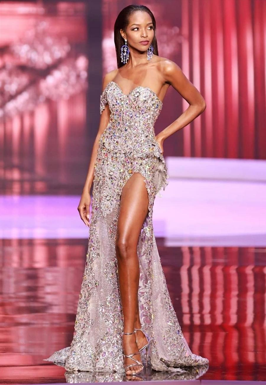 Đại diện Jamaica - Miqueal-Symone Williams - ghi điểm nhờ diện đầm ... Người đẹp cao 1,78 m và có số đo ba vòng lần lượt 76 - 62 - 89 cm. Cô có nhiều năm kinh nghiệm làm mẫu, từng trình diễn tại nhiều show thời trang quốc tế cho các nhãn hàng lớn như Valentino, Loreal hay Armani.