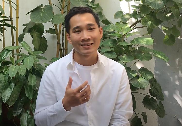 Đạo diễn Lê Bảo phát biểu cảm ơn Ban tổ chức Liên hoan phim Berlin khi biết tin đoạt giải hồi tháng ba. Anh sinh năm 1990, là nhà làm phim tự học. Ảnh: Youtube Berlinale.