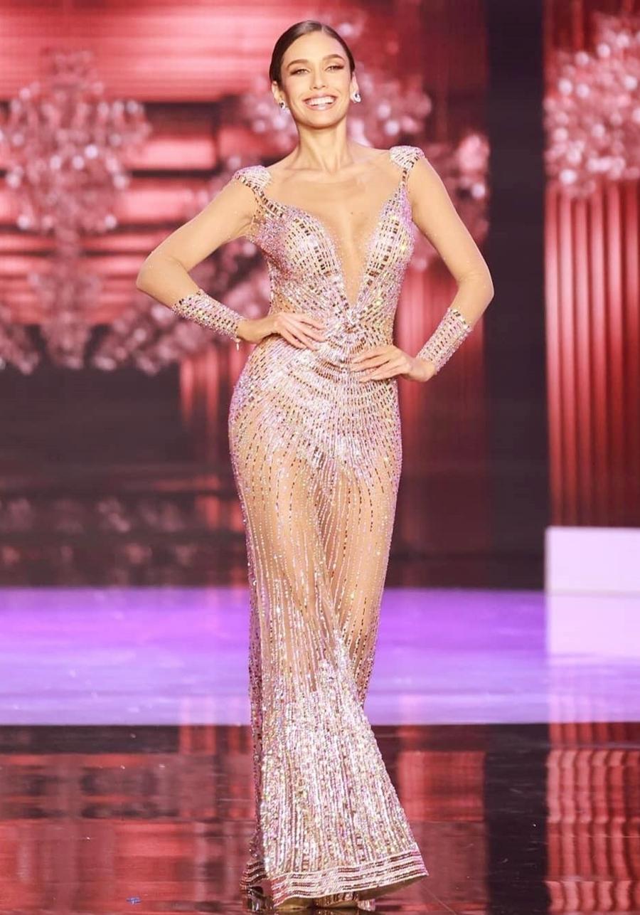 Janick Maceta Del Castillo - Hoa hậu Hoàn vũ Peru 2020 - được đánh giá diện chiếc đầm đính đá phù hợp thân hình. Người đẹp sinh năm 1994 cao 1,77 m, hiện làm người mẫu. Cô từng có nhiều kinh nghiệm thi sắc đẹp quốc tế. Năm 2019, Maceta đoạt danh hiệu Á hậu 3 tại Miss Supranational. Cô từng đại diện Peru tranh tài tại Miss Tourism World 2016.
