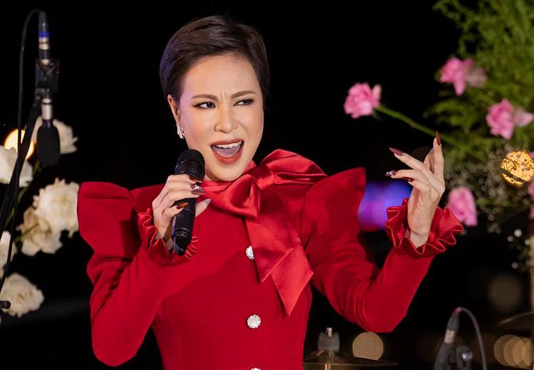 Uyên Linh trình diễn bản hit Giữa đại lộ Đông Tây ở Đà Lạt hồi tháng tư. Ảnh: Uyên Linh Fanpage.