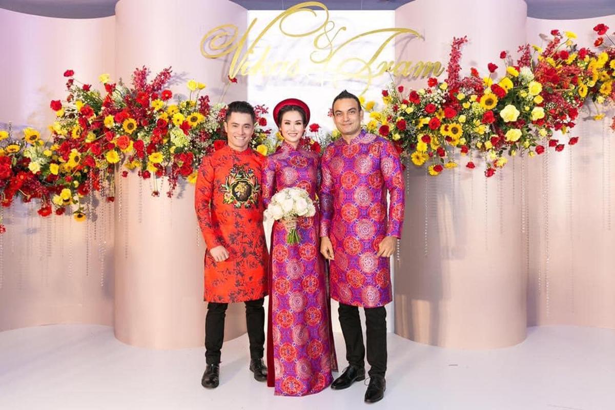 Nhật Dũng (trái) làm áo dài cưới cho vợ chồng Võ Hạ Trâm hồi năm 2019. Ảnh: Võ Hạ Trâm.