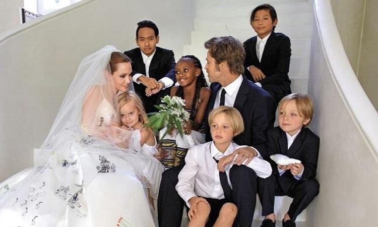 Angelina Jolie và Brad Pitt cùng các con trong đám cưới năm 2014. Ảnh: People.