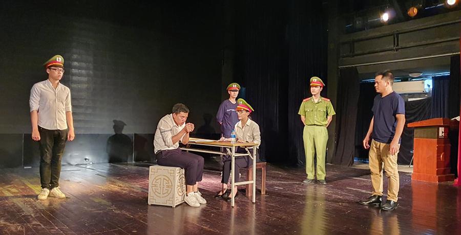 Nghệ sĩ tập luyện vở Nữ cảnh sát SBC. Ảnh:Nhà hát Kịch Việt Nam.