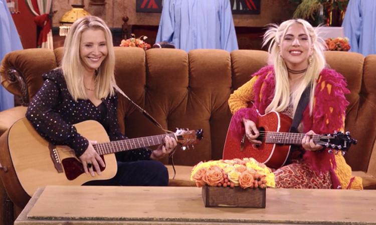 Lisa Kudrow (trái) cùng Lady Gaga hát lại ca khúc Smelly Cat trong phim. Ảnh: HBO Max.