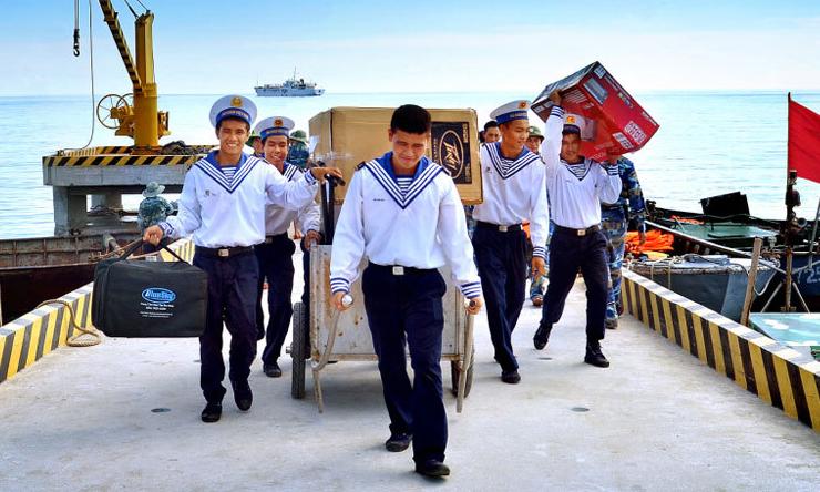 Các chiến sĩ trên huyện đảo Trường Sa. Ảnh: Thân Tình.