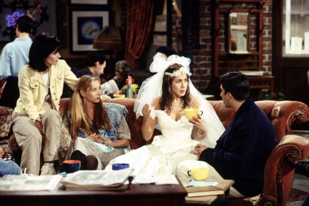 Trong một phân cảnh khác, Rachel diện váy cưới đặc trưng của thập niên 1990 với kiểu cúp ngực trễ vai, khăn voan tạo phồng lớn phía sau đi kèm băng đô hoa.