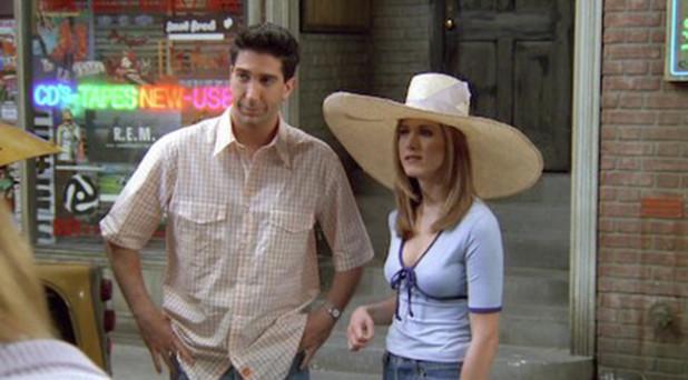 Cô còn gây chú ý với bộ đồ áo thun thắt dây, quần jeans và mũ rộng vành khổng lồ. Hiện áo và mũ kiểu dáng này đều đang là xu hướng hot được giới trẻ ưa chuộng.