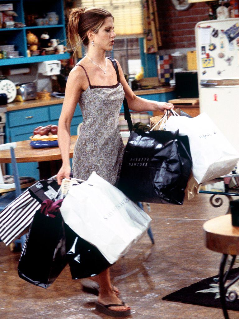 Theo New York Times,  Friends vẫn có sức hút mạnh mẽ với đông đảo khán giả thế giới dù đã 25 năm trôi qua kể từ đầu tiên phát sóng năm 1994. Tác phẩm được xem là tượng đài của dòng phim sitcom, thể hiện trọn vẹn phong cách của thập niên 1990 với những bộ cánh đặc trưng như đầm slipdress, sơ mi, jacket da, áo phông in slogan, quần jeans ống đứng... Trong phim, nhân vật Rachel của Jennifer Aniston nổi lên là người có gu mặc đa dạng với mốt ngực trần. Có lúc, cô diện phong cách nữ sinh với chân váy kẻ, tất cao tới đầu gối, quần yếm, khi lại đổi sang áo trễ vai, quần shorts, áo phông, bộ đồ thể thao, hoặc quyến rũ trong đầm bodycon tôn đường cong.