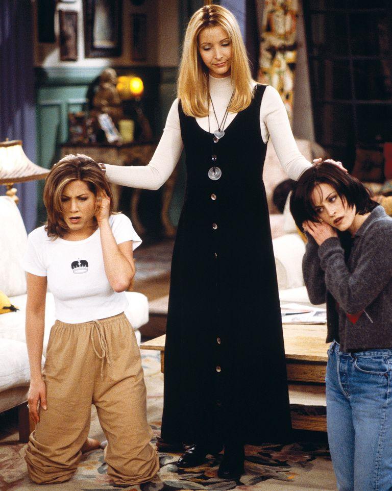 Nhắc tới nhân viên massage kiêm nhạc công Phoebe (Lisa Kudrow đóng) là nhắc tới boho chic. Vogue nhận xét Phoebe là kiểu phụ nữ có vẻ ngoài kỳ lạ và thu hút. Cô ghi điểm bằng những chiếc áo khoác dài, váy denim, kiểu phối áo với váy dài, gile tua rua, vòng choker - món phụ kiện từng hot trở lại vào năm 2017.