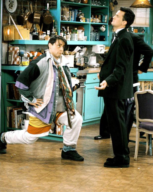 Joey Tribbiani (Matt LeBlanc đóng) (trái) là nhân vật gắn với phong cách mix layer hài hước. Tạp chí Elle bình luận Không ai mặc nhiều lớp quá đà một cách ngộ nghĩnh như Joey. Năm 2018, phong cách của Joey đã truyền cảm hứng cho Balenciaga sáng tạo một bộ trang phục tương tự trị giá 9.000 USD.