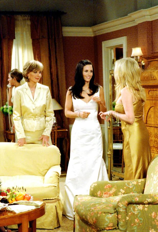 Ngược lại chiếc đầm kiểu cách của Rachel, đầm cưới của Monica tối giản, hiện đại - được cho là rất lạ lẫm trong những năm 1990. Ba năm qua, trang phục cưới tối giản lại là xu hướng hot được nhiều nhà mốt lăng xê, bởi phù hợp với lối sống nhanh, gọn, tiện của những người trẻ tuổi. Đại dịch cũng là lý do khiến trang phục cưới trở nên đơn giản, tiện dụng, mặc được trong nhiều hoàn cảnh không chỉ trong tiệc cưới.