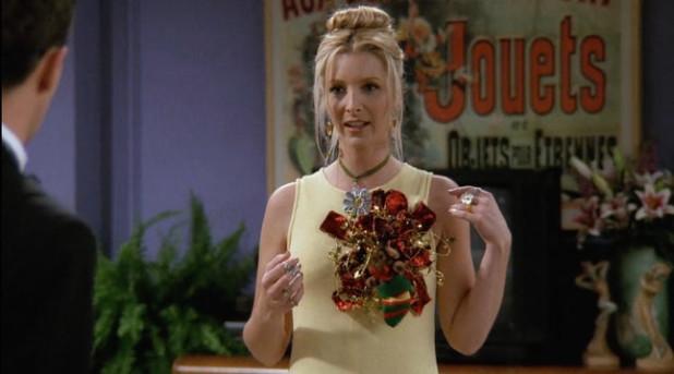 Phoebe còn có một màn xử lý trang phục khác gây ấn tượng mạnh trong phim. Khi Joey dây món đậu gà lên váy của Phoebe, cô đã lấy chùm ruy băng trang trí hộp quà gắn lên áo, che đi vết bẩn, khiến trang phục có một diện mạo mới thú vị.