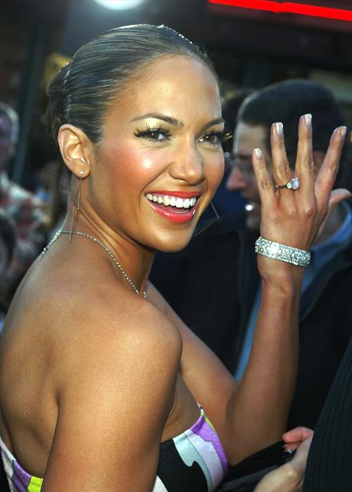 Jennifer Lopez khoe nhẫn cầu hôn của Ben Affleck. Ảnh: Vulture.
