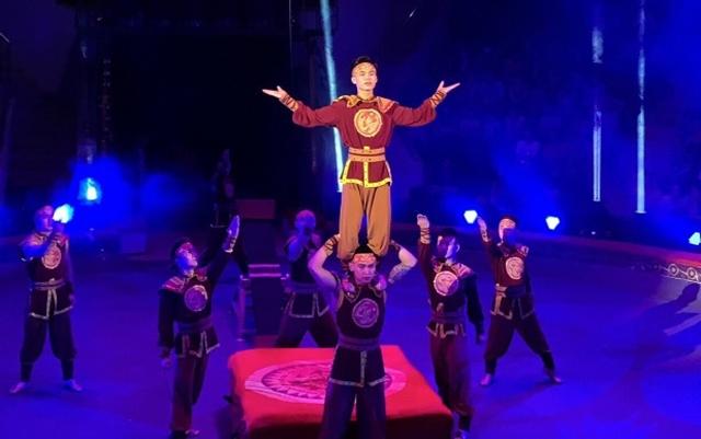 Hồng Phong (giữa) trong một tiết mục biểu diễn. Ảnh: Nhân vật cung cấp.