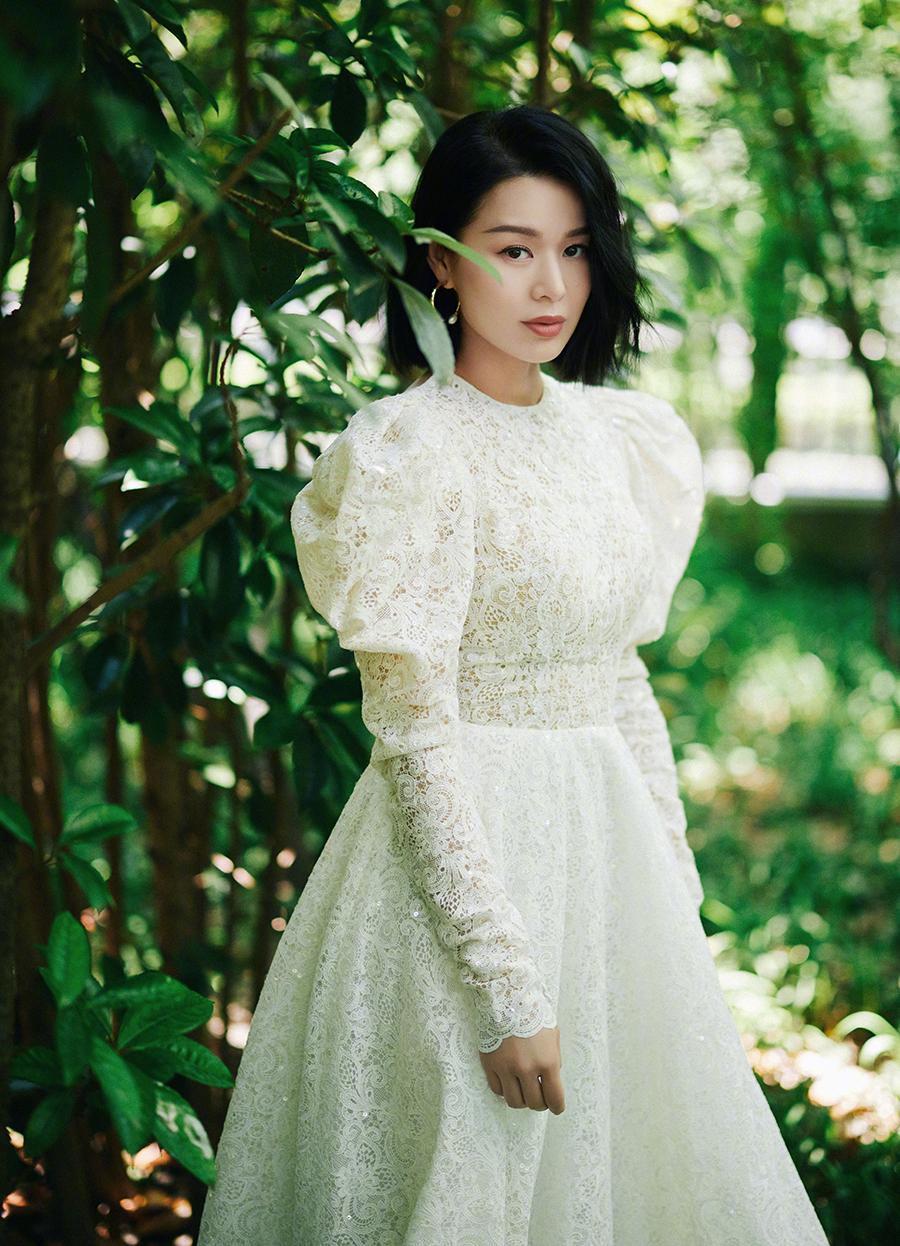 Hạnh Nhi chụp ảnh quảng cáo hôm 6/6. Ảnh: Weibo/Huxinger.