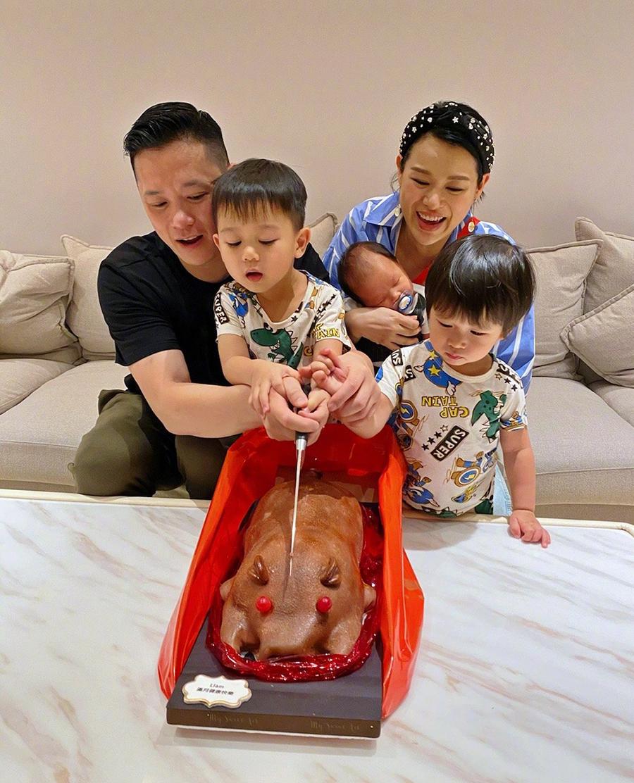 Vợ chồng Hồ Hạnh Nhi và ba con trong ngày con út đầy tháng. Ảnh: Weibo/Huxinger.