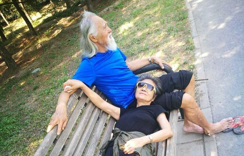 Vợ chồng Vương Đức Thuận nghỉ ngơi sau khi tập thể dục ở công viên. Ông bà sống cùng con cháu tại Bắc Kinh. Ảnh: Weibo/Wangdeshun.