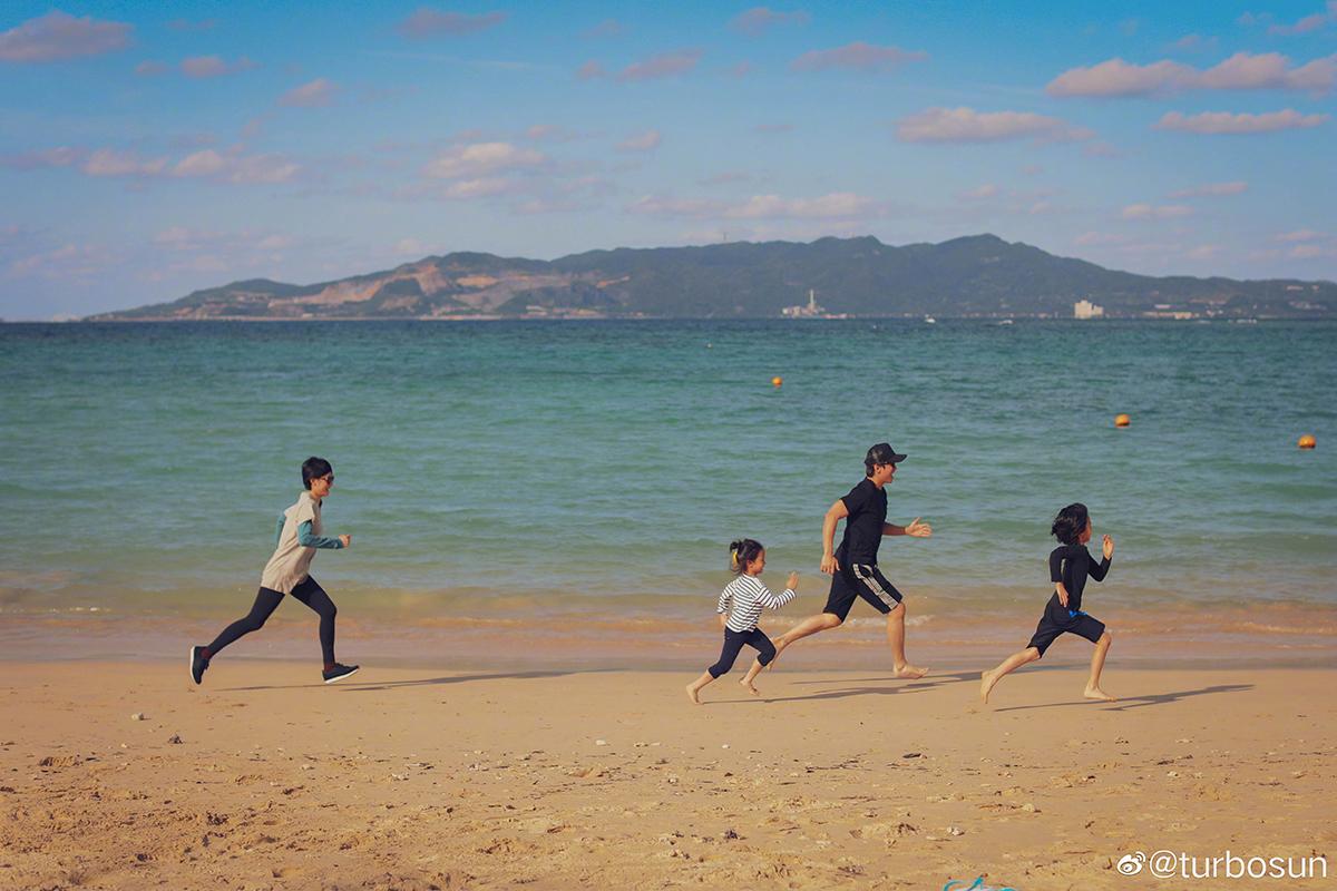 Gia đình Tôn Lệ. Ảnh: Weibo/Turbosun.