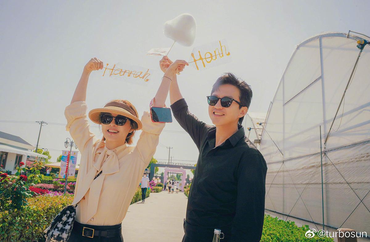 Vợ chồng Đặng Siêu, Tôn Lệ. Ảnh: Weibo/Turbosun.
