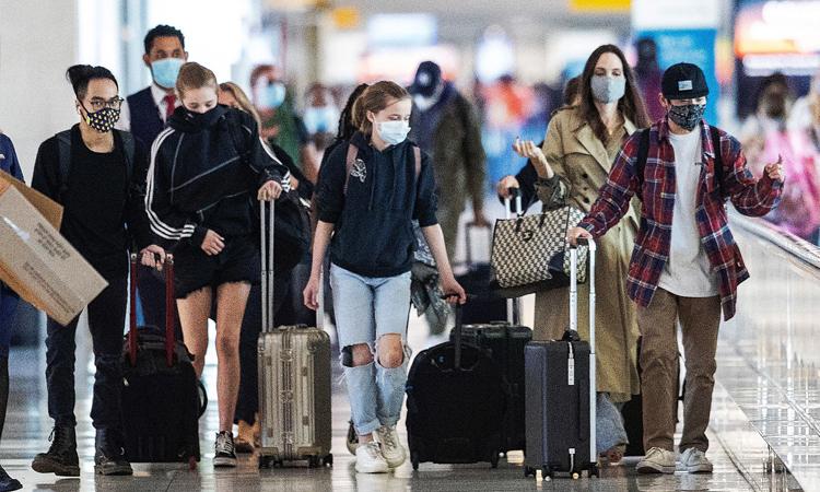 Angelina Jolie (thứ hai, từ phải qua) cùng các con tại sân bay ở New York. Ảnh: Splashnews.