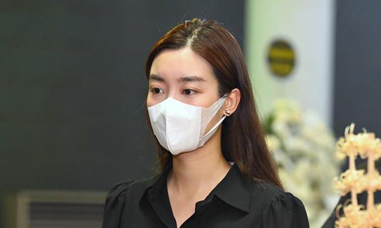 Hoa hậu Đỗ Mỹ Linh đến viếng đàn chị. Ảnh: Giang Huy.