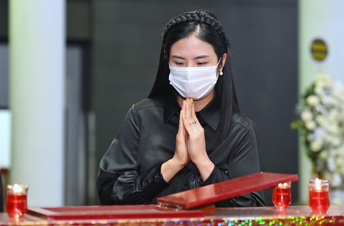 Hoa hậu Ngọc Hân viếng Thu Thủy. Ảnh: Giang Huy.