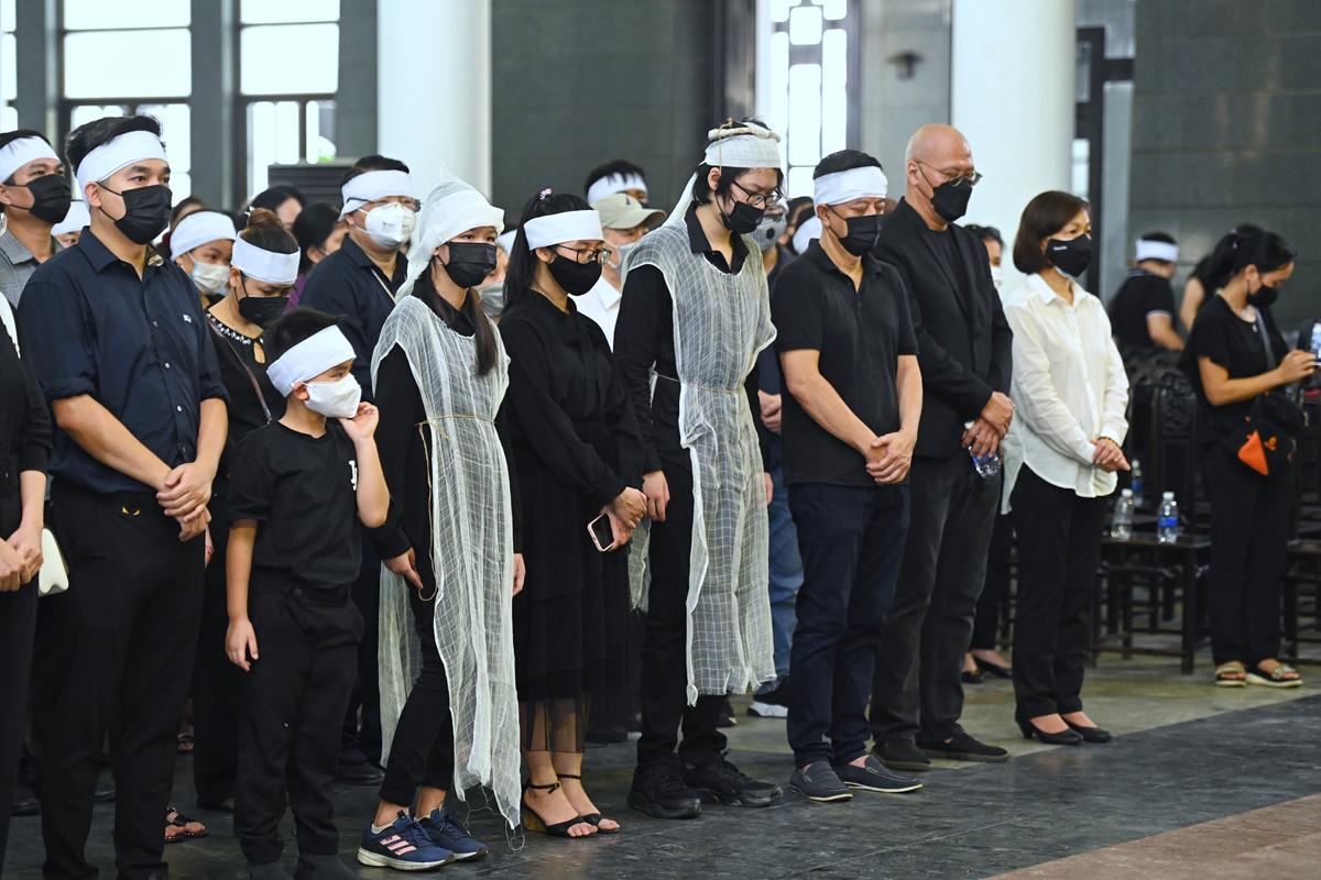Gia đình Thu Thủy trong lễ tang.