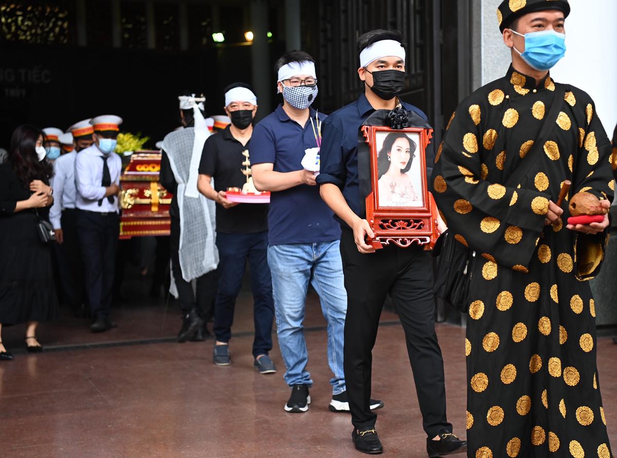 Linh cữu hoa hậu được hỏa táng tại nghĩa trang Hoàn Vũ (Hà Nội), sau đó, an táng tại quê nhà Nam Định.