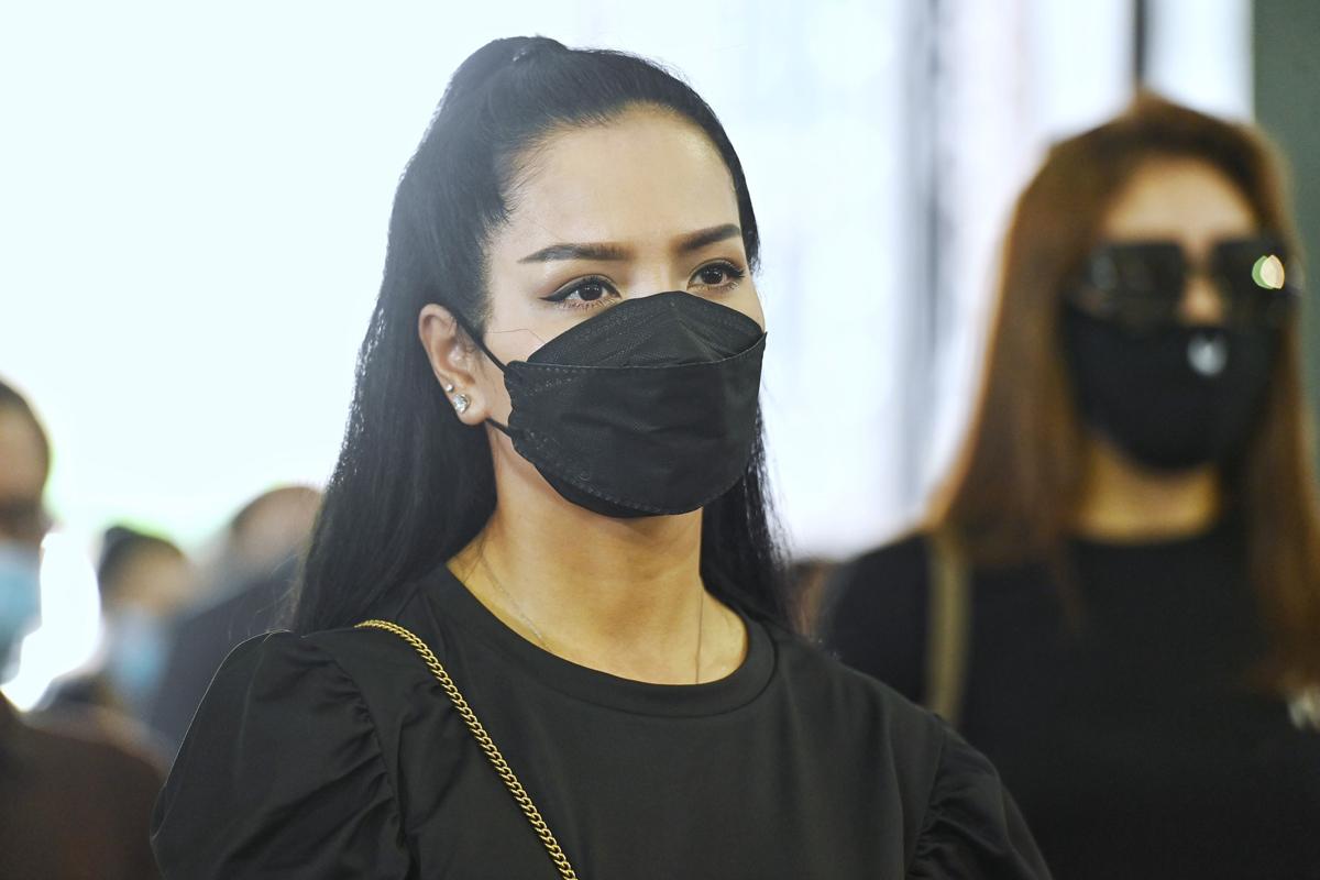 Người mẫu Thúy Hằng tiễn đồng nghiệp.